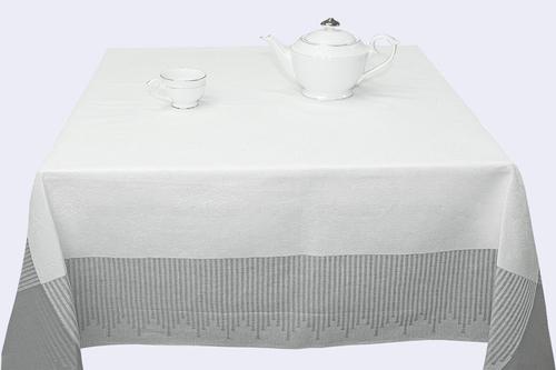 Белая скатерть со строгим рисунком 150х150 см