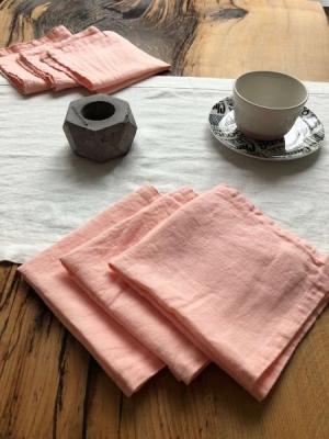 Белая дорожка с шестью розовыми салфетками